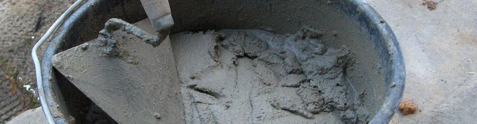 Wiadro z kielnią i zaprawą tynkarską cementowo-wapienną